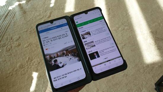 [PLAY IT] 전면카메라·듀얼스크린, 1인 방송 최적화 …'V50S씽큐' 써보니